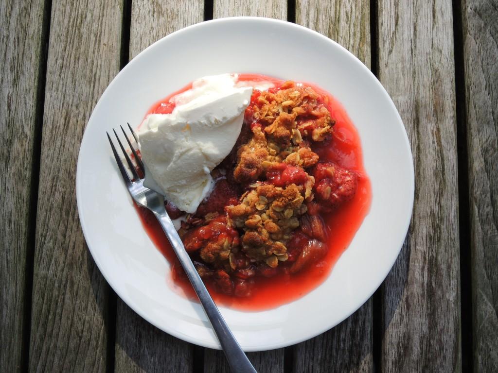 Desserts, fruit, baked, rhubarb strawberry crumble 3