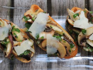 Appetizers, toasts, crostini con funghi 2